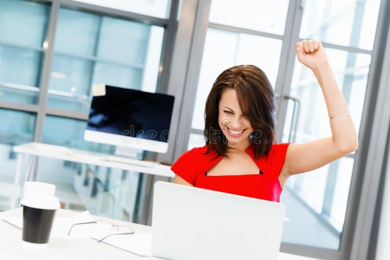 Moderne erfolgreiche Geschäftsfrau stockbild