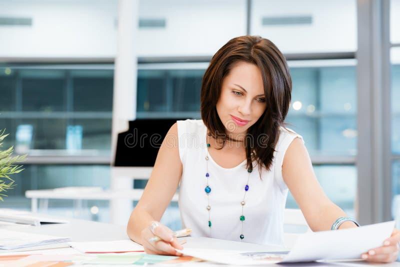 Moderne erfolgreiche Geschäftsfrau lizenzfreies stockbild