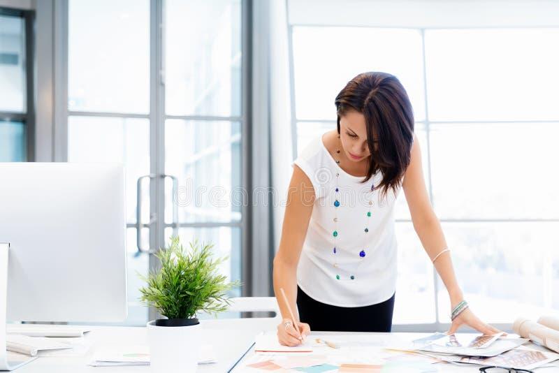 Moderne erfolgreiche Geschäftsfrau lizenzfreie stockfotografie