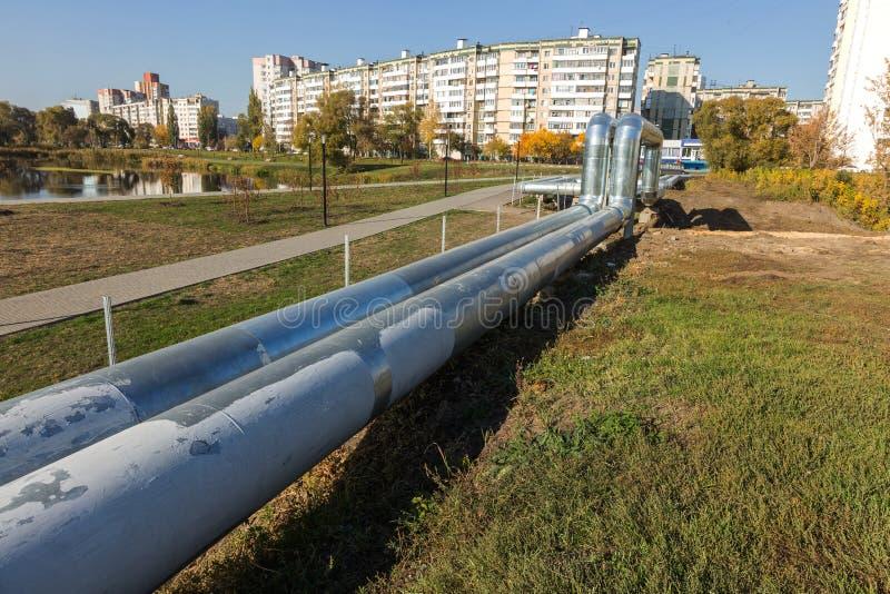 Moderne erhöhte Wärmerohre Rohrleitung über dem Boden, leitend er lizenzfreies stockbild