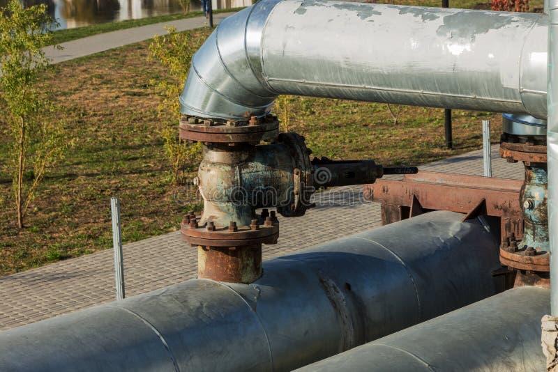 Moderne erhöhte Wärmerohre Rohrleitung über dem Boden, leitend er lizenzfreie stockfotografie