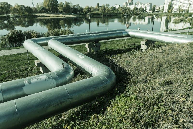 Moderne erhöhte Wärmerohre Rohrleitung über dem Boden, leitend er stockbild