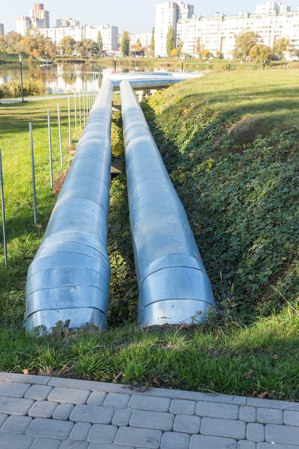 Moderne erhöhte Wärmerohre Rohrleitung über dem Boden, leitend er stockbilder