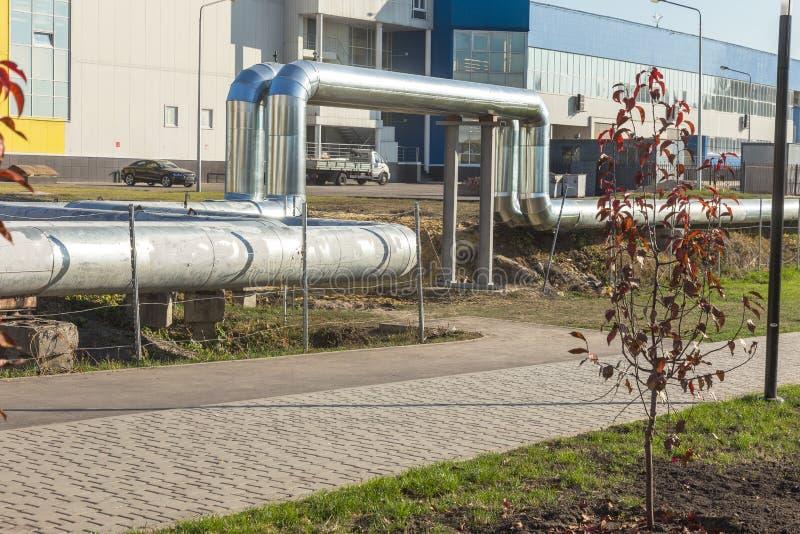 Moderne erhöhte Wärmerohre Rohrleitung über dem Boden, leitend er lizenzfreies stockfoto