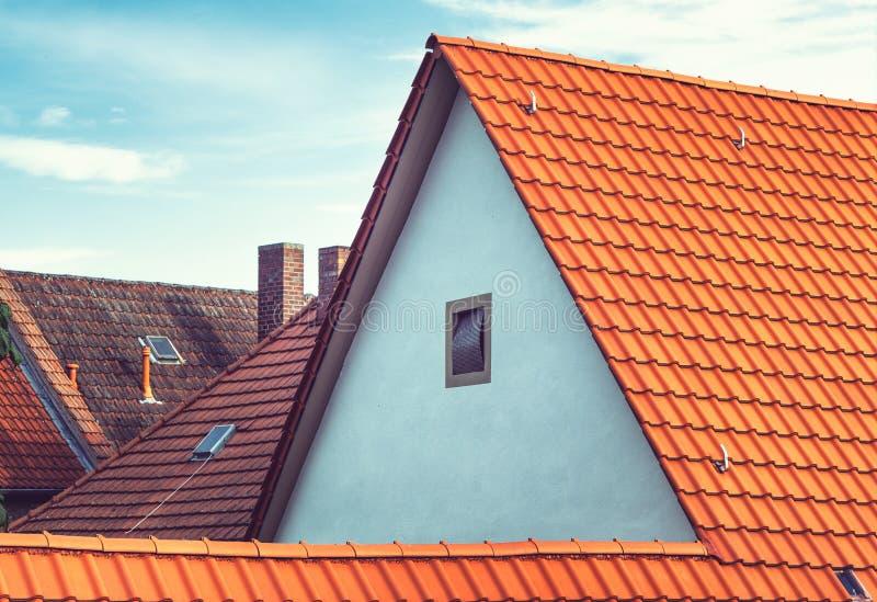 Moderne europäische Dachspitzen mit Fliesen und Kaminen lizenzfreie stockfotografie