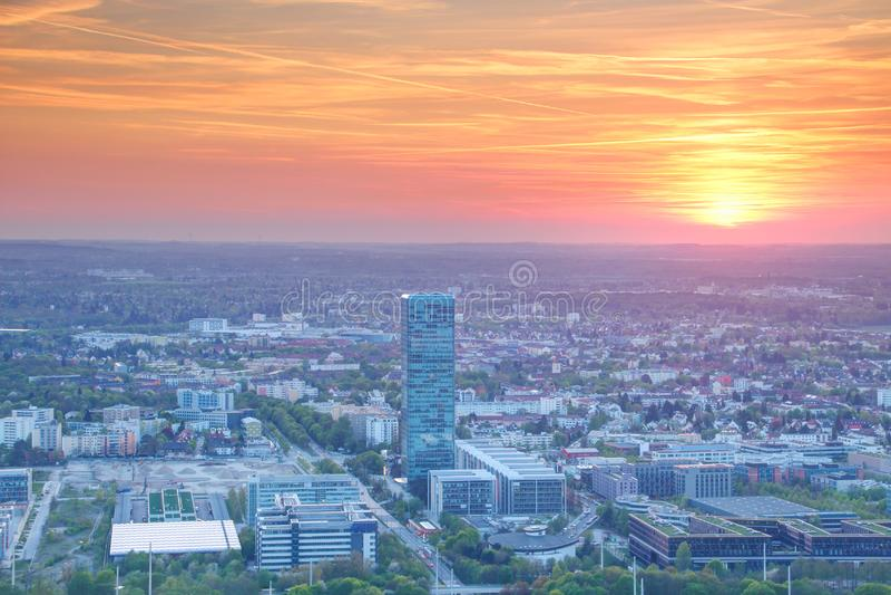 Moderne Europese stad commercieel en bedrijfsdistrict bij zonsondergang royalty-vrije stock afbeelding
