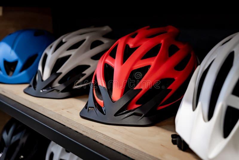 Moderne Fahrradsturzhelme für Familie oder Gruppe von Personen lizenzfreie stockfotografie