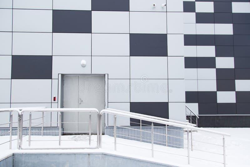 Moderne Fassade des industriellen Lagers mit Tür und Schritten lizenzfreies stockbild
