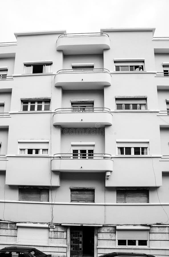 Moderne Fassade des Wohngebäudes mit mehrfachen Fenstern und Balkonen stockbilder