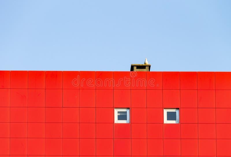 Moderne Fassade mit roten Fliesen und zwei kleines Windows Seemöwe, Kamin Kopieren Sie Platz stockbilder