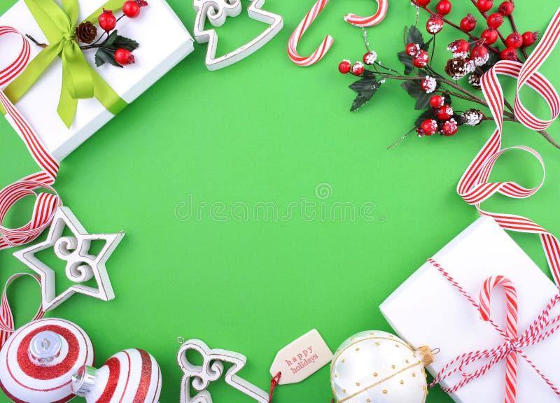Moderne festliche grüne, weiße und rote Thema Weihnachtsfeiertagsrückseite stockbild