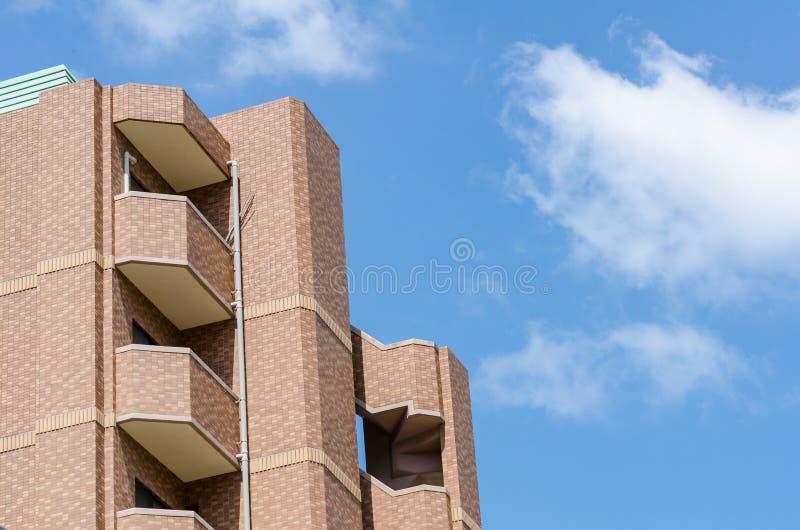 Moderne flat, hotel die op blauwe hemelachtergrond voortbouwen van wor stock afbeeldingen