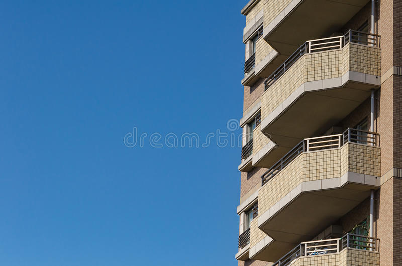 Moderne flat, hotel die op blauwe hemelachtergrond voortbouwen van wor royalty-vrije stock foto's