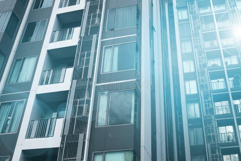 Moderne flatgebouw met koopflatsgebouwen royalty-vrije stock fotografie