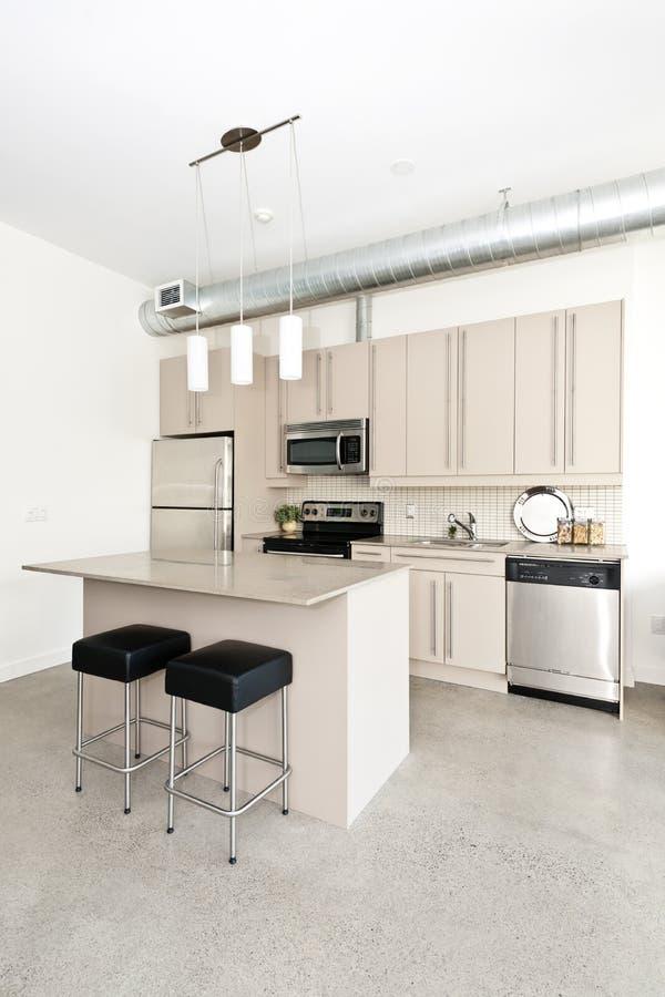 Moderne flatgebouw met koopflatskeuken stock foto