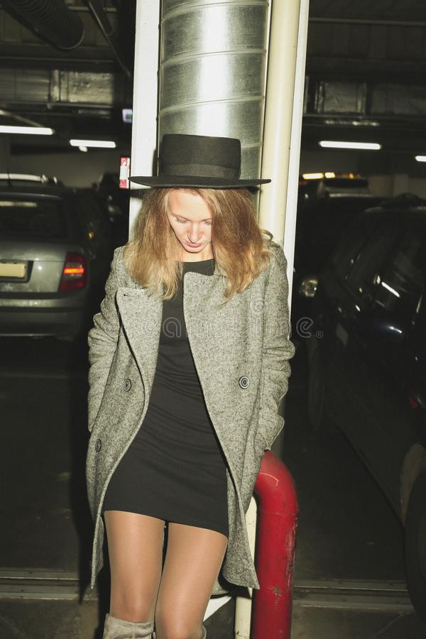 Moderne Frau auf Parkplatz lizenzfreies stockbild