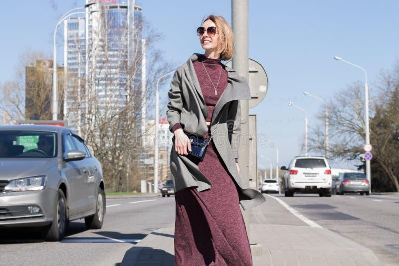 Moderne Frau an den Kreuzungen in der Stadt lizenzfreies stockfoto