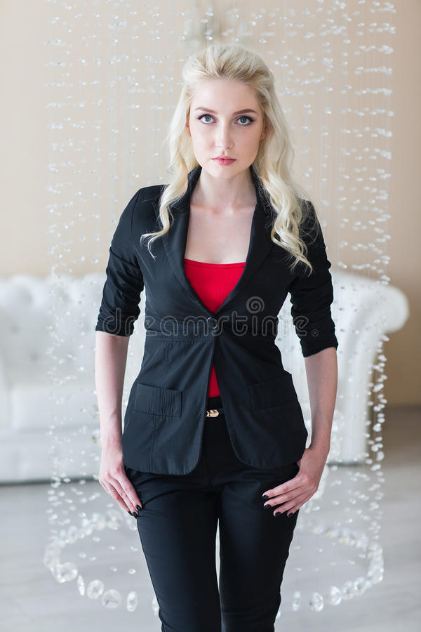 Moderne Frau, die schwarzen Anzug trägt lizenzfreies stockbild