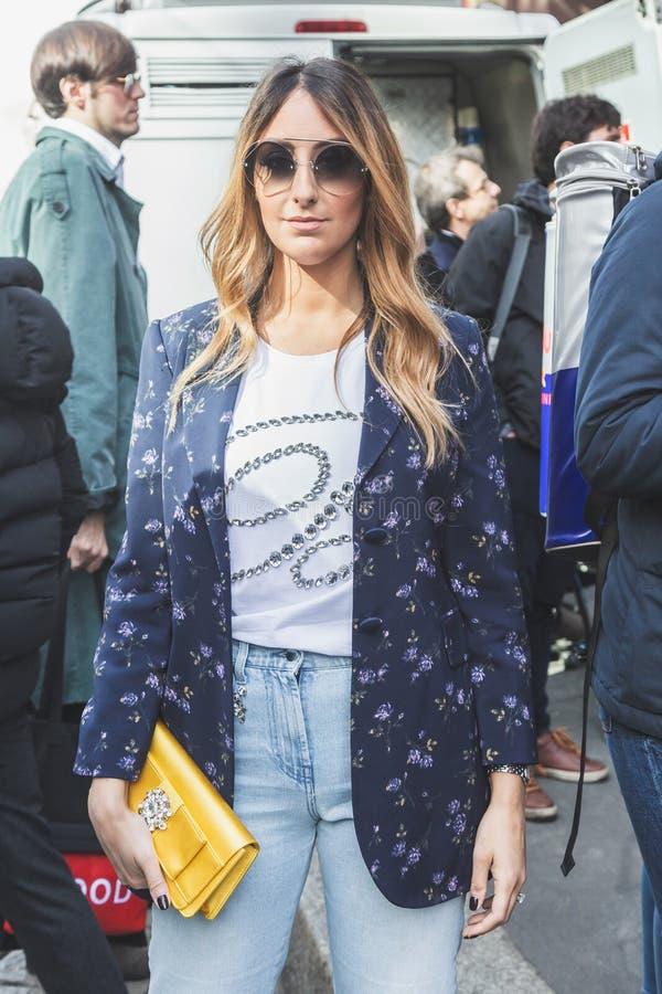 Moderne Frau, die während Milan Women-` s der Mode-Woche aufwirft stockfotos