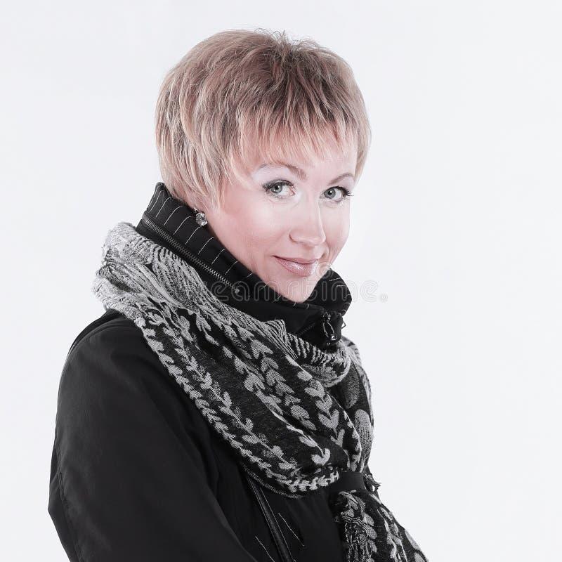 Moderne Frau in einem schwarzen Mantel und in einem Schal Lokalisiert auf Weiß lizenzfreies stockfoto