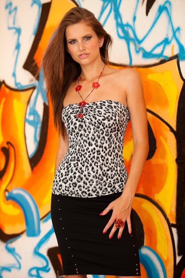 Moderne Frau mit blured graffitti im Hintergrund stockfotografie