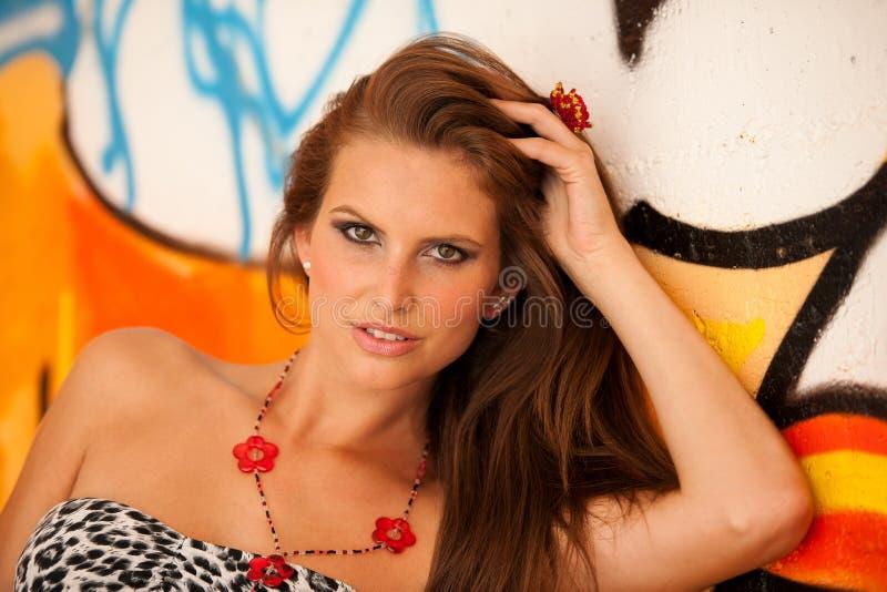 Moderne Frau mit blured graffitti im Hintergrund stockbilder