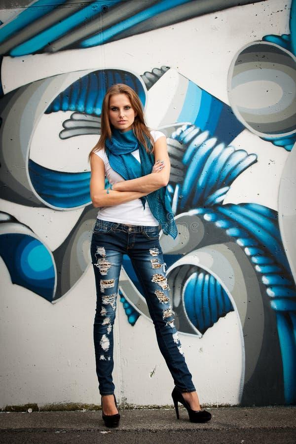Moderne Frau mit blured graffitti im Hintergrund stockbild