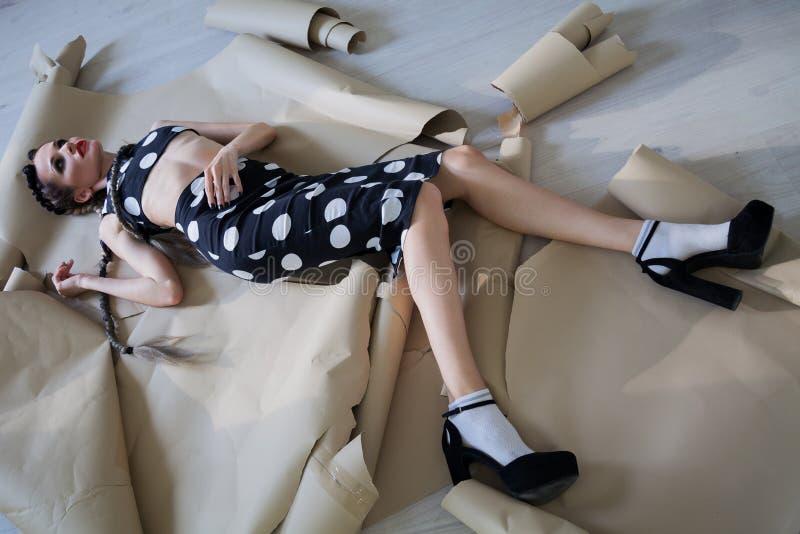 Moderne Frau mit den Borten, die auf dem Boden liegen stockfoto