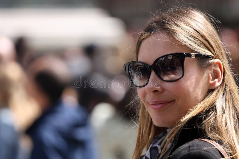Moderne und optimistische Frau mit Sonnenbrille lizenzfreie stockbilder