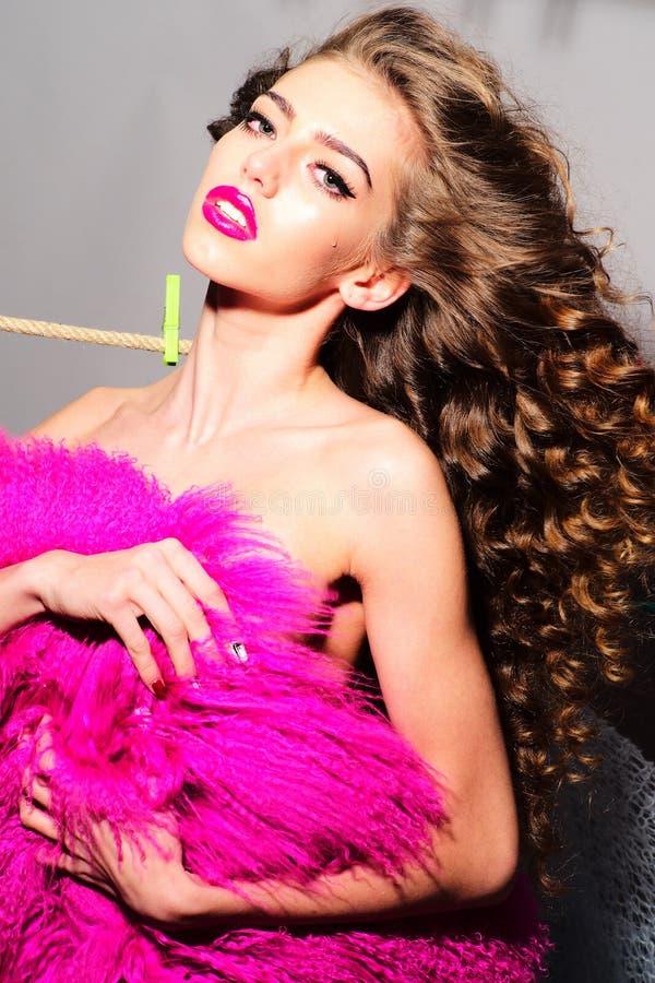 Moderne Frau mit rosa Pelz lizenzfreie stockbilder