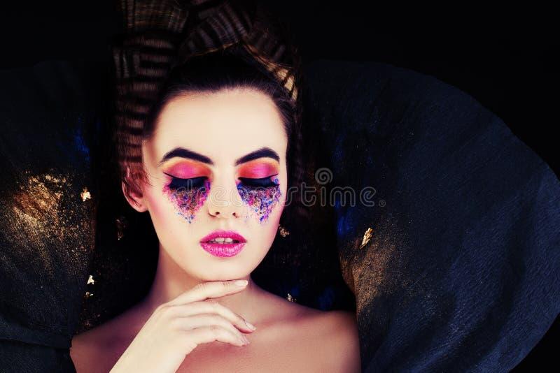 Moderne Frau Modell mit kreativem Make-up und dem Haar lizenzfreie stockfotografie
