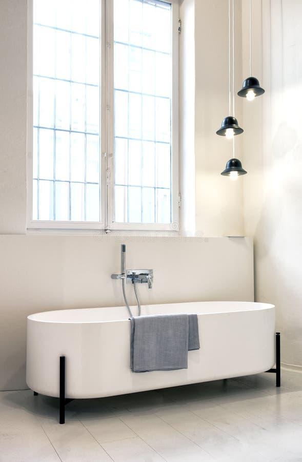 Moderne freestanding ontwerperbadkuip stock foto's