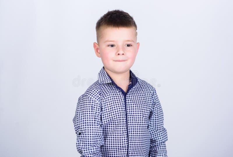 Moderne Frisur des Jungen tragen formalen Arthemd-Lichthintergrund ?berzeugter Kerl moderne Ausstattung genie?en Versuch, der ist stockbilder
