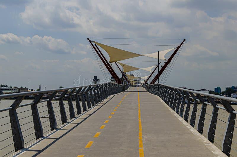 Moderne Fußgängerbrücke über den Fluss guayas Guayaquil Ecuador stockfotografie
