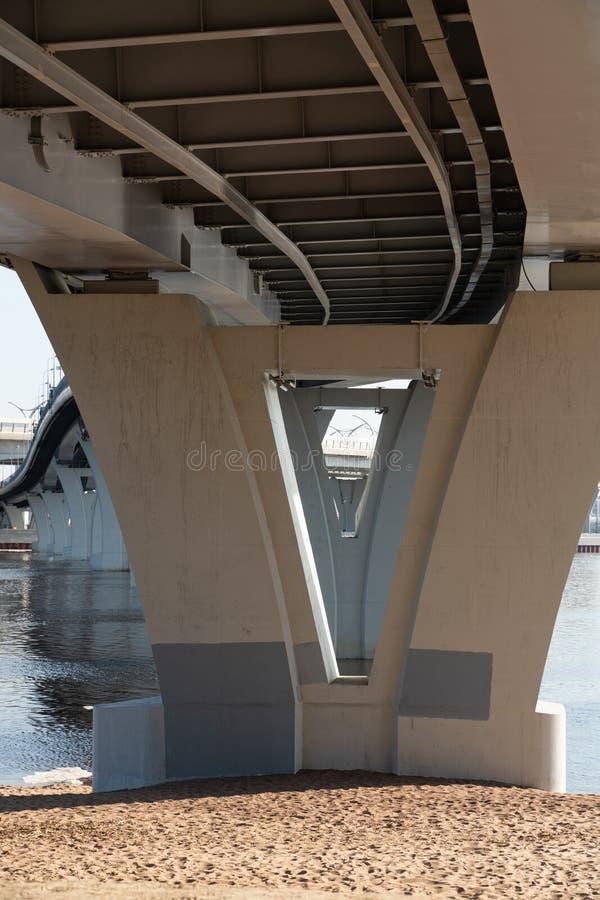 Moderne Fußgängerbrücke über der Bucht in St Petersburg Konkrete Brückensupport Russland stockfoto