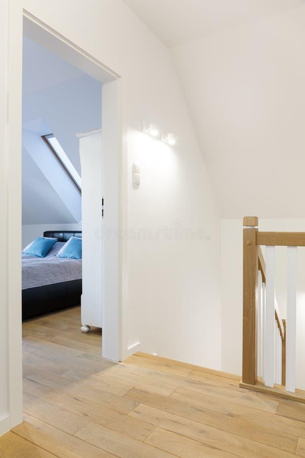Moderne gang met slaapkamerdeur stock afbeelding