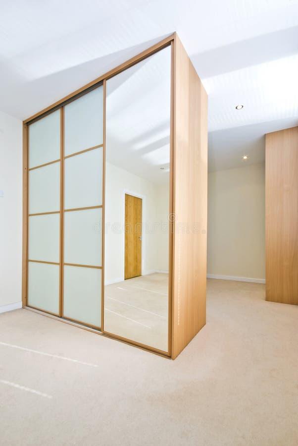 Moderne garderobe met grote garderobes stock fotografie