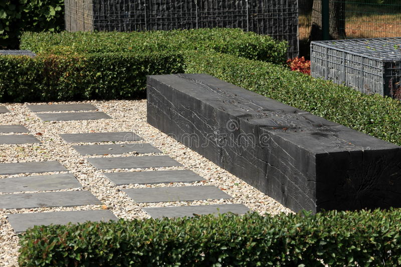 moderne gartenbank stockbild bild von topiary sommer 52287387. Black Bedroom Furniture Sets. Home Design Ideas