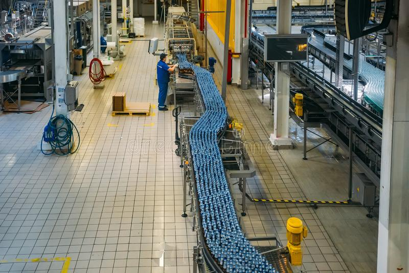 Moderne geautomatiseerde bier bottelende productielijn stock foto's