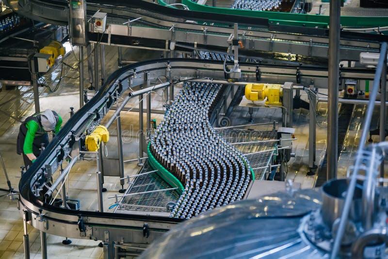 Moderne geautomatiseerde bier bottelende productielijn stock afbeeldingen