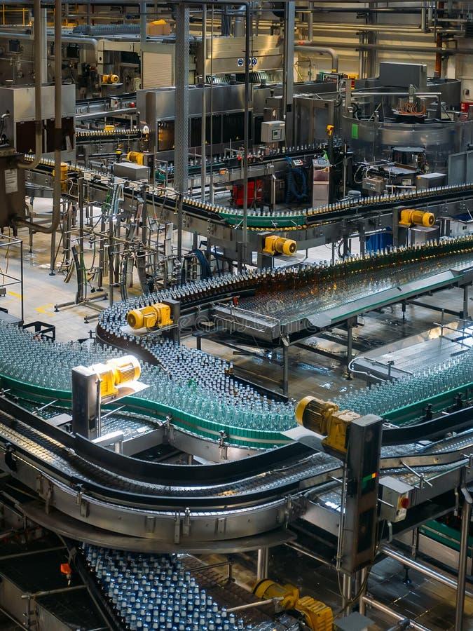 Moderne geautomatiseerde bier bottelende productielijn royalty-vrije stock afbeeldingen