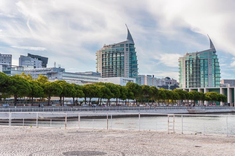 Moderne Gebäude in Lissabon-Park von Nationen lizenzfreie stockfotos