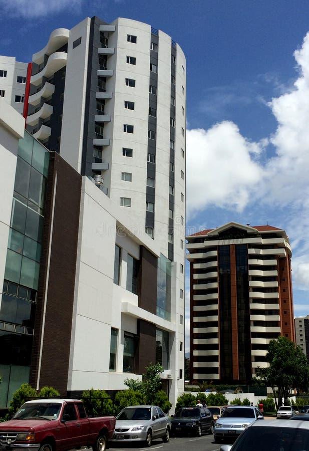 Moderne Gebäude und ein Blau bewölkten klaren Himmel stockfotografie