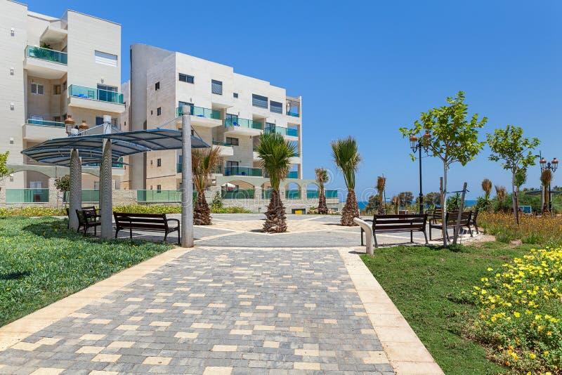 Moderne Gebäude und kleines Quadrat in Ashqelon, Israel lizenzfreie stockbilder