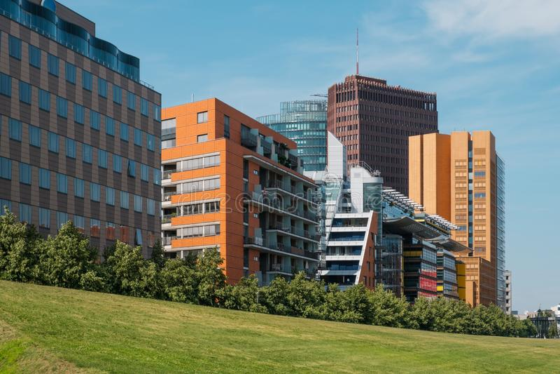 Moderne Gebäude und Stadtskyline hinter grünem Park - Potsdamer Platz, Berlin stockfotografie