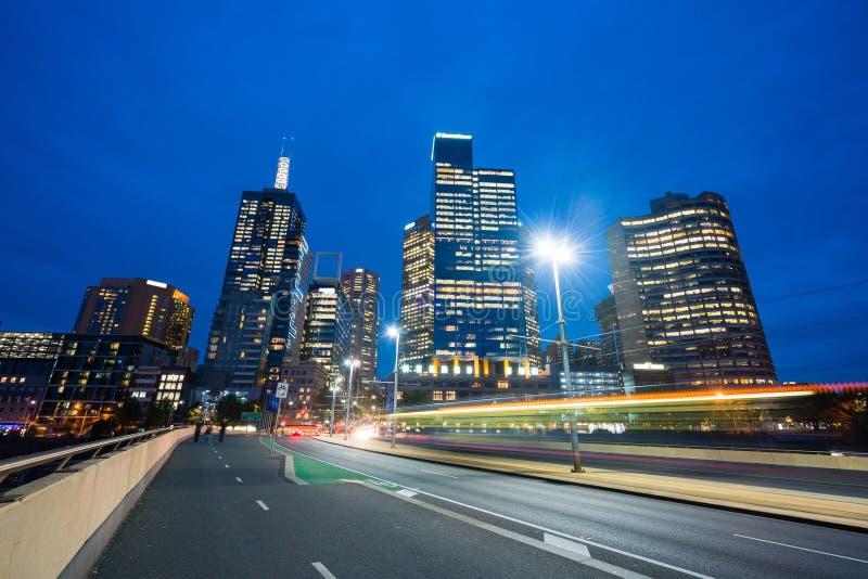 Moderne Gebäude und Verkehrsspuren in im Stadtzentrum gelegenem Melbourne lizenzfreie stockfotos