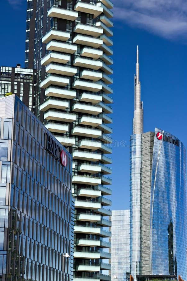 Moderne Geb?ude, Wolkenkratzer, Stra?en und Verkehr in Mailand Durchmesser stockfotografie