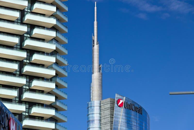 Moderne Geb?ude, Wolkenkratzer, Stra?en und Verkehr in Mailand Durchmesser lizenzfreies stockbild