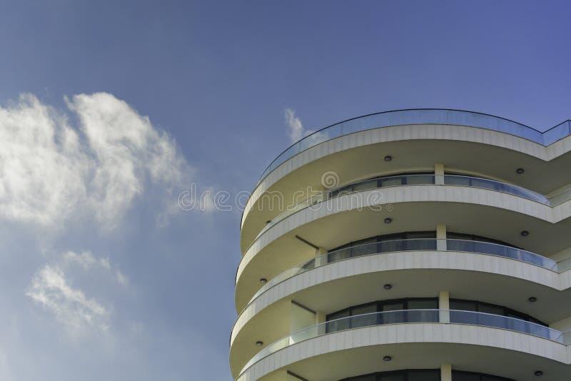 Moderne gebogene Hotelgebäudenahaufnahme I stockfotos