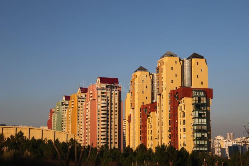 Moderne gebouwen bij zonsondergang stock foto's
